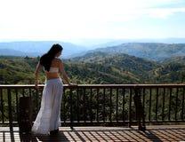 Dziewczyna pozuje w parku narodowym. Fotografia Royalty Free