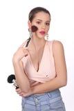 Dziewczyna pozuje z kosmetykami z bliska Biały tło Obrazy Stock