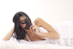 Dziewczyna pozuje z maską Obrazy Royalty Free