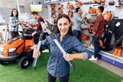 Dziewczyna pozuje z ogrodnictwa nożycami w sklepie Zdjęcia Royalty Free