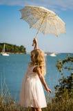 Dziewczyna pozuje z sunshade Fotografia Royalty Free