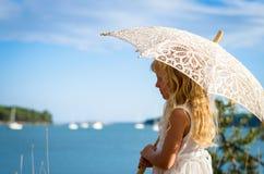 Dziewczyna pozuje z sunshade Obrazy Stock