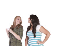 Dziewczyna próbuje patrzeć jej friend& x27; s wiadomość tekstowa Obrazy Royalty Free
