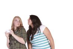 Dziewczyna próbuje patrzeć jej przyjaciela wiadomość tekstową Fotografia Royalty Free