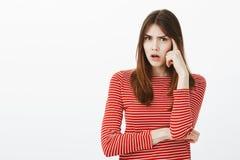 Dziewczyna próbuje przywoływać datę spotkanie Skupiam się kwestionował atrakcyjnej kobiety w przypadkowym stroju, trzyma palec ws Fotografia Stock