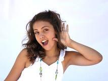 Dziewczyna próbuje słuchać więcej. fotografia stock