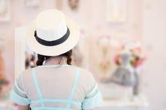 Dziewczyna próbuje suknię jest przyglądająca w lustrze obraz royalty free
