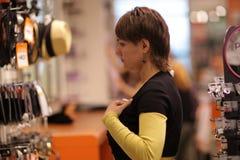 dziewczyna próbuje waistcoat fotografia royalty free