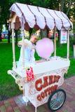 Dziewczyna pracuje jako sprzedawca słodki cottonwool Obraz Royalty Free