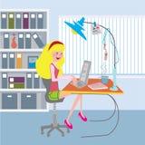 Dziewczyna pracuje przy biurem z notatnikiem Obraz Royalty Free