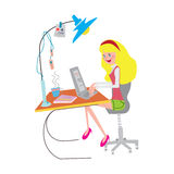 Dziewczyna pracuje przy biurem z notatnikiem Zdjęcia Royalty Free