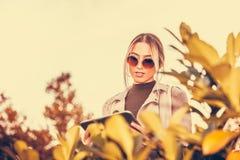 Dziewczyna pracuje przy pastylką outdoors Obraz Stock