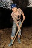 Dziewczyna pracuje w ogródzie. Fotografia Stock