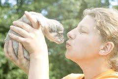 dziewczyna prawie daje buziakowi szczeniak Na r?kach tam tonuje fotografia stock