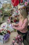 Dziewczyna, projektant robi pięknemu, świątecznemu bukietowi, kwiaty w kwiatu sklepie obraz stock
