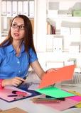 Dziewczyna projektant w biurze za stołem Zdjęcie Royalty Free