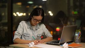 Dziewczyna projektanta rysunek i miętoszeń nowi nakreślenia, kreatywnie osoba brakuje pomysły zbiory
