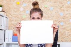 Dziewczyna promuje twój produkt obrazy royalty free