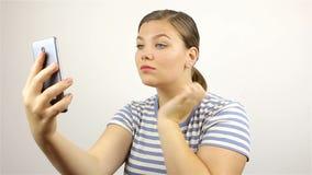 Dziewczyna prostuje jej spojrzenia przy telefonem i włosy zdjęcie wideo