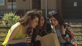 Dziewczyna przechwala się o zakupy jej przyjaciele zbiory wideo