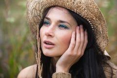 Dziewczyna przeciw tłu natura i stara betonowa ściana Fotografia Stock