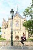 Dziewczyna przed katedrą St Barbara obrazy royalty free