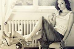 Dziewczyna przed okno Obraz Stock