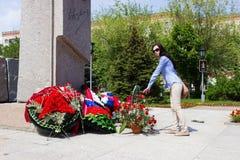 Dziewczyna przed zabytkiem z kwiatami Zdjęcia Royalty Free