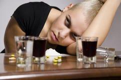 Dziewczyna przedawkująca otaczającą z lekami i alkoholem Zdjęcie Royalty Free