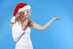 dziewczyna przedstawiający ładnego produkt Santa twój Zdjęcie Royalty Free