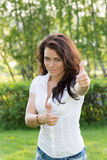 Dziewczyna przedstawienia gestykulują wszystko jest dobrze z oba rękami Fotografia Stock