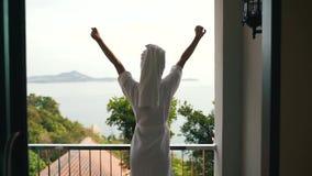 Dziewczyna przegapia ocean spotyka ranek zdjęcie wideo