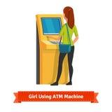 Dziewczyna przy ATM maszynowym robi depozytem wycofaniem lub Obraz Stock