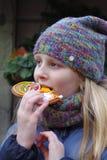 Dziewczyna przy Bożenarodzeniowymi uczciwymi łasowań bożych narodzeń ciastkami Zdjęcie Stock
