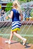 Dziewczyna przy fontanną Zdjęcia Royalty Free