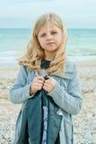 Dziewczyna przy jesieni plażą Fotografia Royalty Free