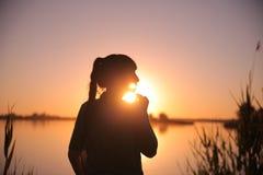 Dziewczyna przy jeziorem przy zmierzchem Obrazy Royalty Free