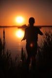 Dziewczyna przy jeziorem przy zmierzchem Zdjęcia Royalty Free