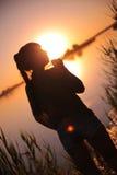 Dziewczyna przy jeziorem przy zmierzchem Fotografia Royalty Free