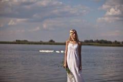 Dziewczyna przy jeziorem w tradycyjnej rosjanin sukni Fotografia Royalty Free