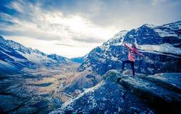 Dziewczyna przy krawędzią rockowa bierze przyjemność Andes krajobraz obraz stock