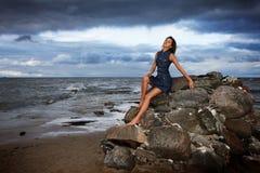 Dziewczyna przy morzem zdjęcia stock