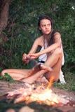 Dziewczyna przy ogieniem w zwrotnikach Zdjęcie Royalty Free