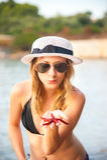 Dziewczyna przy plażą z rozgwiazdą Obrazy Royalty Free