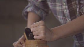 Dziewczyna przy pracą w ciesielka warsztacie z ręki strugarką, Zakończenie zbiory
