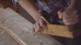 Dziewczyna przy pracą w ciesielka warsztacie z ręki strugarką, Zakończenie zdjęcie wideo