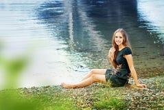 Dziewczyna przy rzeką zdjęcia royalty free