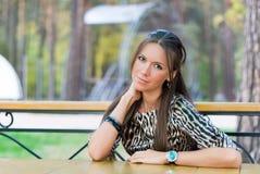 Dziewczyna przy stołem Obraz Royalty Free