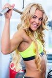 Dziewczyna przy tylnym sprawności fizycznej szkoleniem w gym Zdjęcia Stock