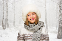 Dziewczyna przy zima lasem Zdjęcia Royalty Free